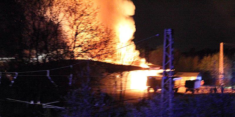 Aktualisiert: Lagerhalle niedergebrannt