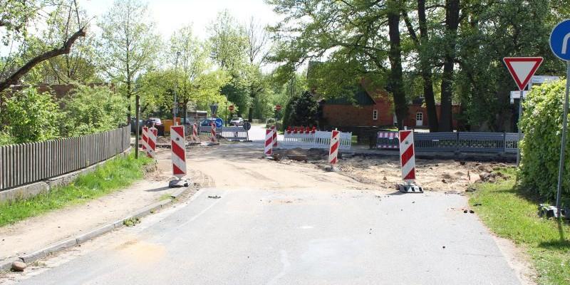 Straßendecke der Kreuzung Burg-/Haupstraße entfernt