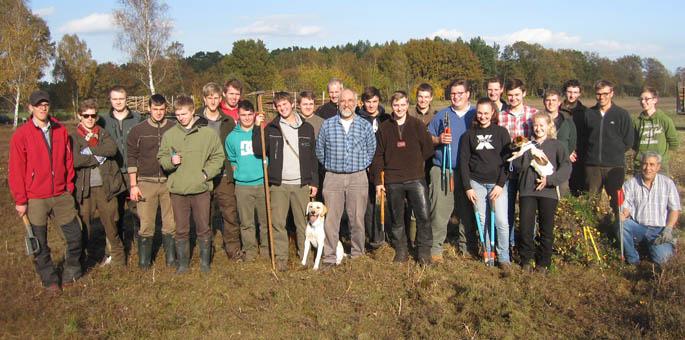 Schüler/Innen praktizieren Heidepflege
